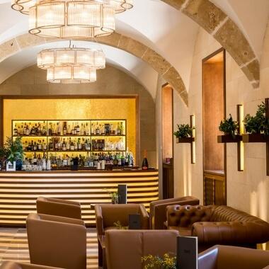 Vista de la barra del Bar del hotel de lujo en Mallorca, Castell Son Claret.
