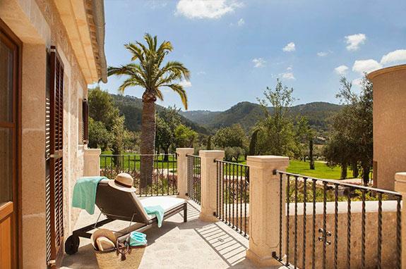 Habitación con terraza privada y vistas a la Sierra de Tramontana en Castell Son Claret, el hotel en Mallorca de lujo.