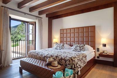 Interior de la habitación Deluxe Double de Castell Son Claret, el hotel con habitaciones y Suites de lujo en Mallorca. Habitación con vistas a la Serra de Tramuntana en un castillo del s.XV convertido en Hotel 5 estrellas gran lujo.