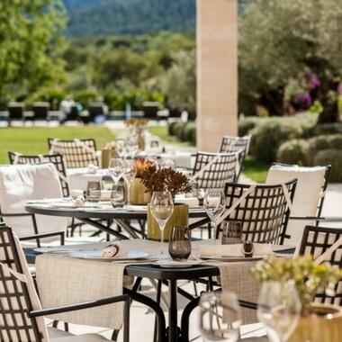 Terraza del Restaurante Olivera en el hotel de lujo Castell Son Claret. Alta gastronomía en Mallorca