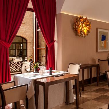Sala del Restaurante Zaranda con dos estrellas Michelin en el hotel de lujo Castell Son Claret. Alta Gastronomía en Mallorca