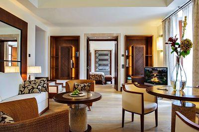 Vista interior del amplio salón de la Tower suite de Castell Son Claret, el hotel con Suites de lujo en Mallorca.