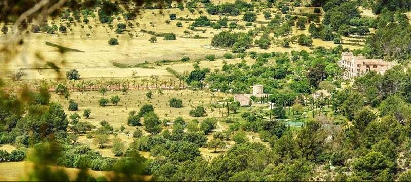 Vista aérea de Castell Son Claret en Mallorca rodeado por la naturaleza de la Serra de Tramuntana, un hotel con historia en Mallorca.