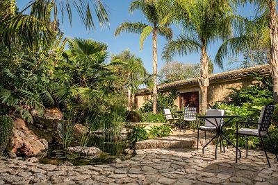 Interior de la Garden Suite de Castell Son Claret, el hotel con Suites de lujo en Mallorca. Suite amplia con jardín privada.