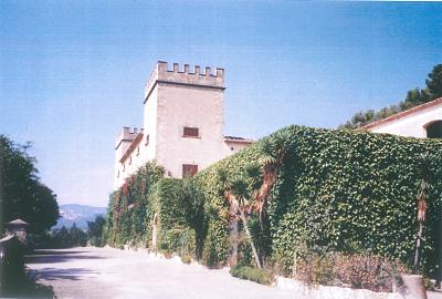 Foto antigua del actual hotel con encanto En Mallorca, Castell Son Claret. El castillo está cubierto por la naturaleza salvaje de la Serra de Tramuntana.