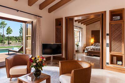 Interior de la Pool Suite de Castell Son Claret, el hotel con Suites de lujo en Mallorca. Suite amplia con jardín y piscina privada.