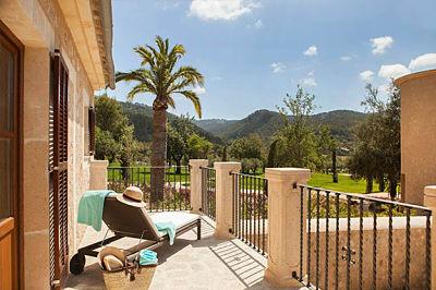 Interior de la Terrace Deluxe de Castell Son Claret, el hotel con habitaciones y Suites de lujo en Mallorca. Habitación amplia con terraza privada y vistas a la Serra de Tramuntana.