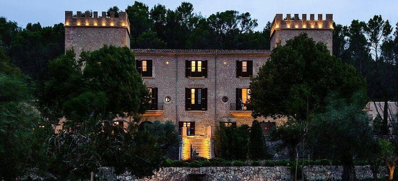 Vista frontal de Castell Son Claret atardeciendo, Hotel con historia en Mallorca. Con la naturaleza de la Serra de Tramuntana a su alrededor.
