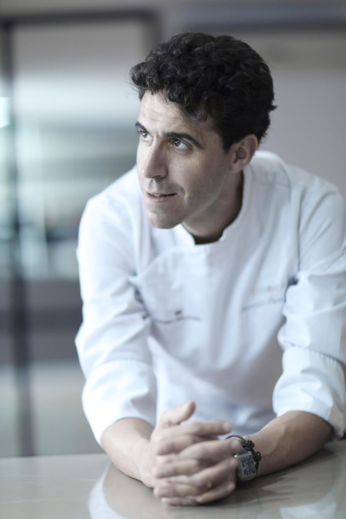 A photograph of Fernando P. Arellano, chef of the Restaurant Zaranda, in his kitchen at the Castell Son Claret