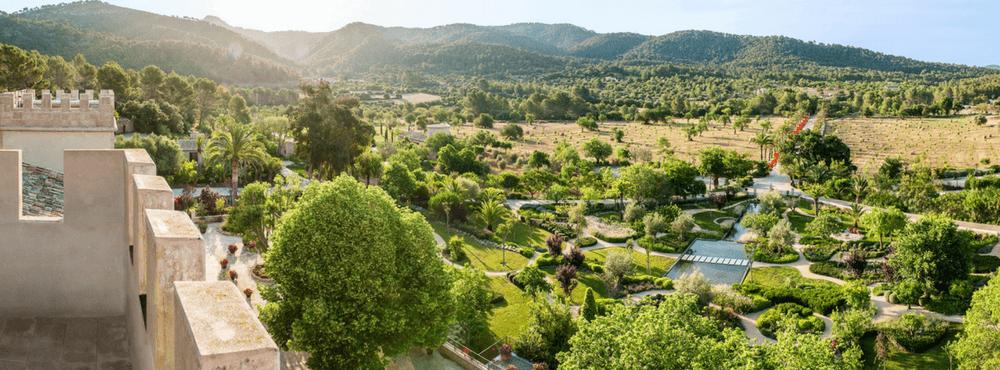 Vista panorámica de los maravillosos jardines de Castell son Claret. Un hotel con encanto en Mallorca rodeado por la Serra de Tramuntana