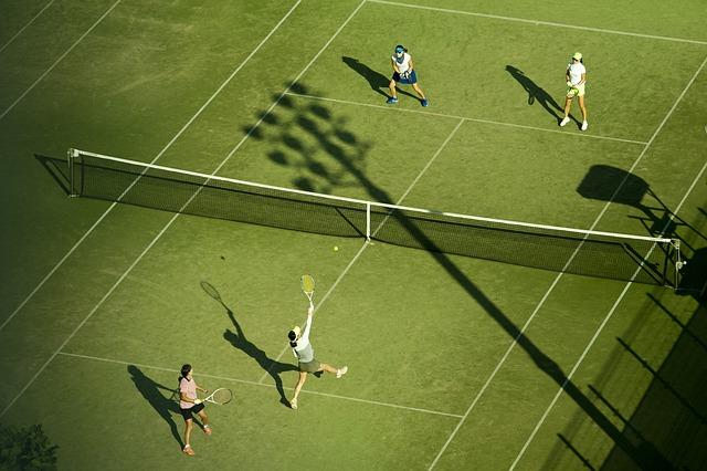 Vier Spieler messen sich im Doppel auf einem Tennisplatz auf Mallorca